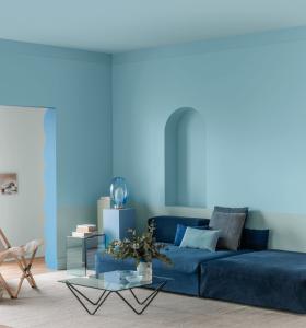 Ambiente com paredes e móveis em cores análogas.